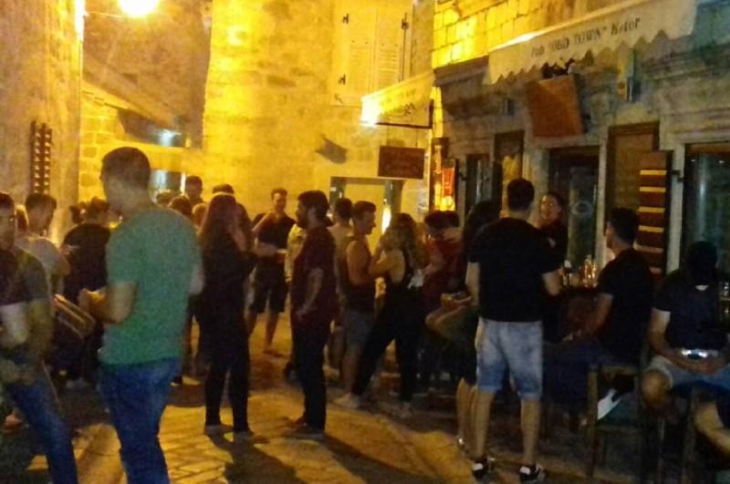 Old Town Pub'ın önü, içeride sigara içmek serbest ama herkes dışarda olmayı tercih ediyor.