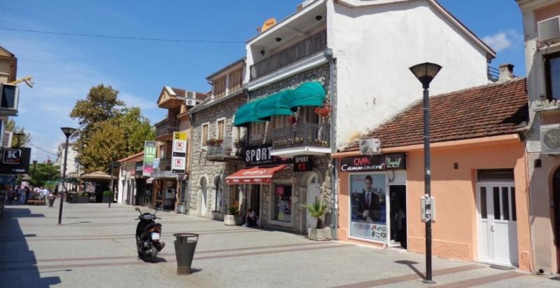 Burası Podgorica merkezde bir cadde.Akşamları tıklım tıklım.Kira fiyatları ise 200 Euro dan başlıyor.Karadağ da şirket kurmak